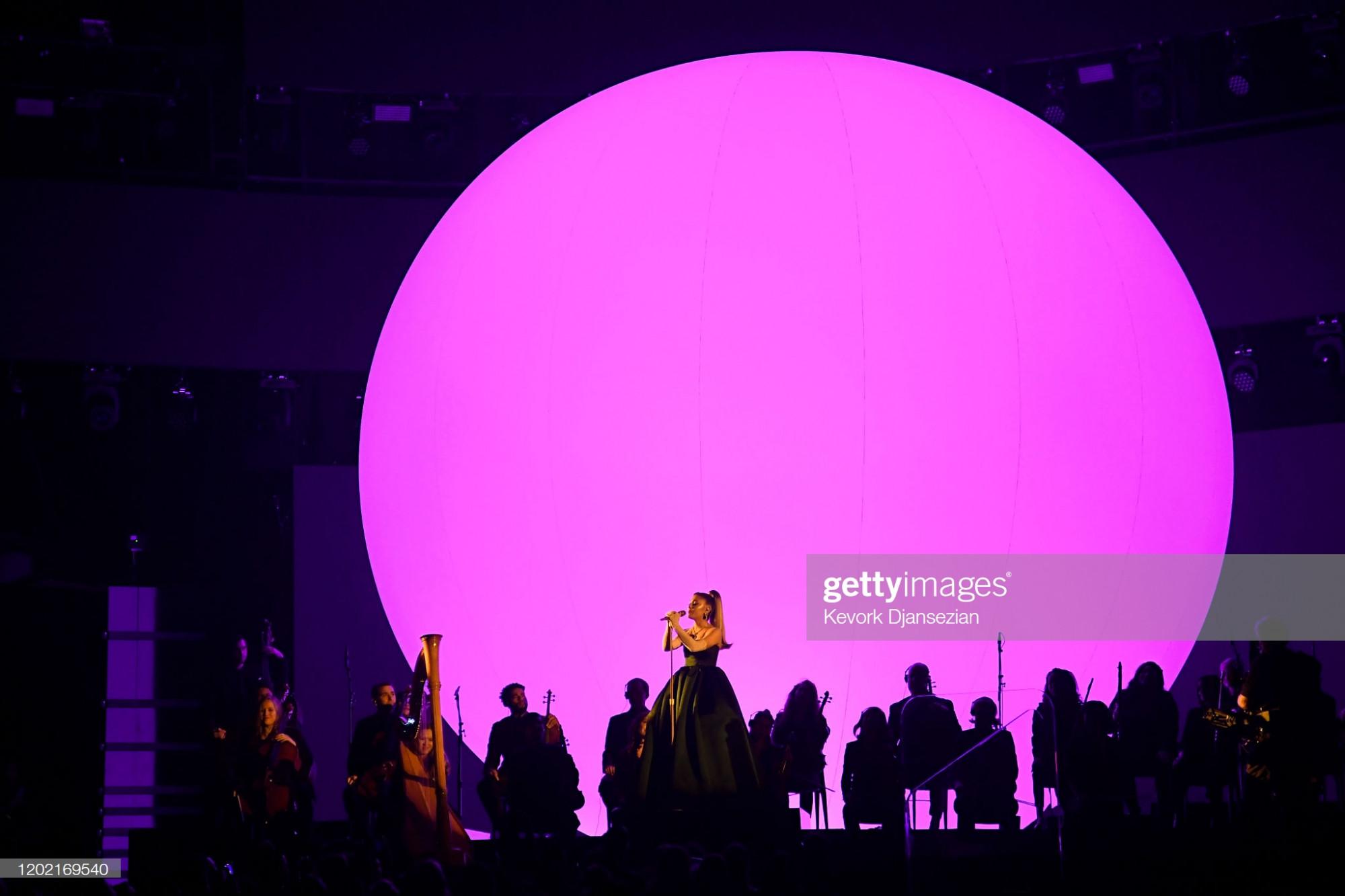 Sân khấu trong tiết mục của Ariana Grande