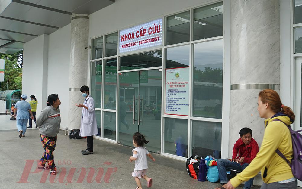 Những phụ huynh có con đang điều trị ở khoa Cấp cứu cũng đứng ngồi không yên vì sợ virus corona.