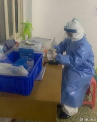 Lý Tuệ (mặc đồ bảo hộ trong ảnh) chiến đấu không biết mệt mỏi với đại dịch virus corona