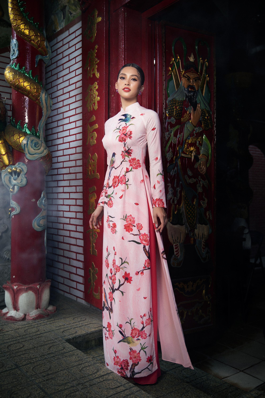 Phom dáng cổ điển không cầu kỳ hay phá cách trong các đường cắt may nhưng kết hợp với họa tiết hoa cỏ, chim én đậm đà văn hóa Việt.