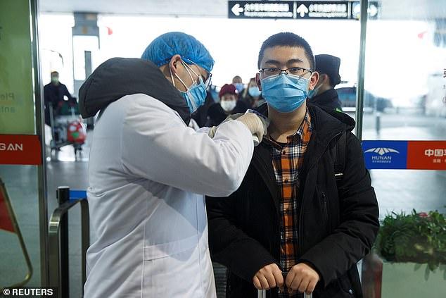 Một hành khách được kiểm tra nhiệt độ tại sân bay ở thành phố Changsha, tỉnh Hồ Nam. Dù vậy, các chuyên gia y tế cảnh báo rằng coronavirus chủng mới có thể lây lan cả trong thời kỳ ủ bệnh.