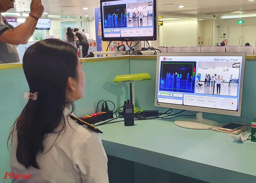 Máy đo thân nhiệt tại sân bay Tân Sơn Nhất sẽ phát hiện ra sự thay đổi nhiệt độ của hành khách nhập cảnh vào TP.HCM