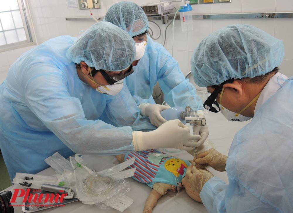 Hỗ trợ oxy cho một bệnh nhi nghi nhiễm virus Mers-CoV tại BV Nhi đống 1 trong tình huống giả định.