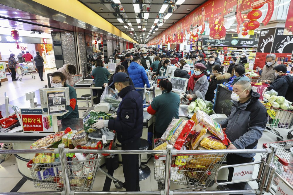 Người dân Vũ Hán tranh nhau đến siêu thị mua nhu yếu phẩm trong tình cảnh thành phố bị phong tỏa vô thời hạn.