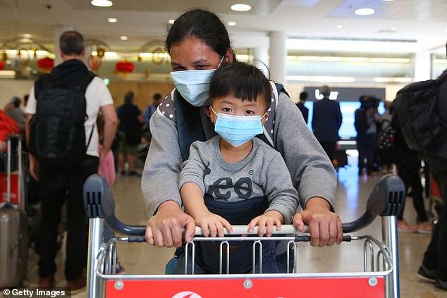 Hai mẹ con hành khách từ Vũ Hán hạ cánh xuống sân bay Sydney, Úc.