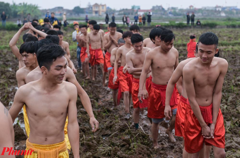 Người tham gia chơi cướp trái phải là những nam thanh niên đủ 18 tuổi, chia làm hai đội đỏ và vàng. Cách chia đội thường dựa vào dòng họ và khu vực sinh sống.