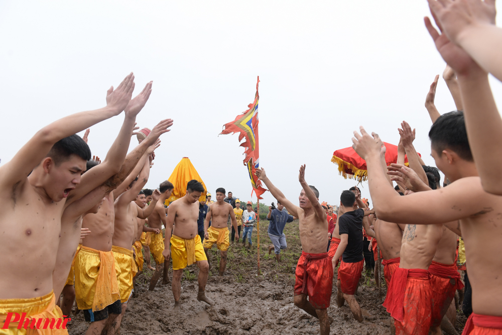 Kết thúc cuộc chơi, Ban tổ chức lấy trái để lên kiệu Thành hoàng làng rước về đền và tạ ơn.