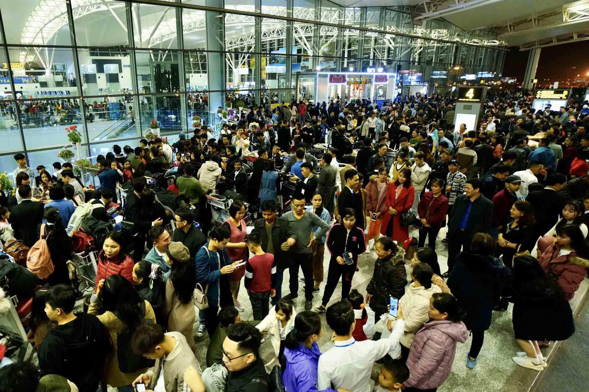 Nghĩ tới cảnh chen chúc đông người ở sân bay, bến xe làm tôi càng lo lắng. Ảnh minh hoạ