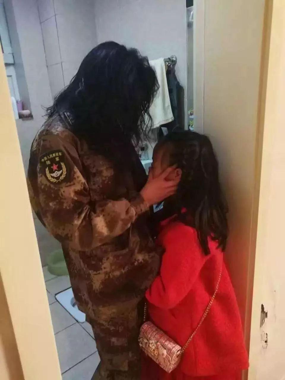 Một nữ bác sĩ từ biệt con trước khi tình nguyện lên đường làm nhiệm vụ