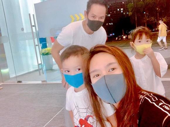 Vợ chồng nam ca sĩ sắm cả khẩu trang cho những đứa con để ra ngoài hạn chế sự lây nhiễm của virus.