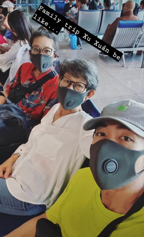 Quang Đăng đưa gia đình đi du lịch đầu năm phải mang theo khẩu trang mọi lúc mọi nơi vì dịch bệnh đang lây lan rất nghiêm trọng.