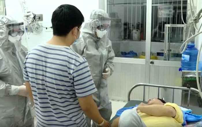 Ông Li Ding (áo vàng) đang được chăm sóc tại BV Chợ Rẫy