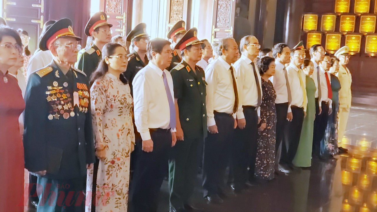 Đoàn đã đến dâng hương tưởng niệm các anh hùng liệt sĩ, đồng bào đã hy sinh cho sự nghiệp giải phóng dân tộc tại Khu Truyền thống Cách mạng Sài Gòn – Chợ Lớn – Gia Định