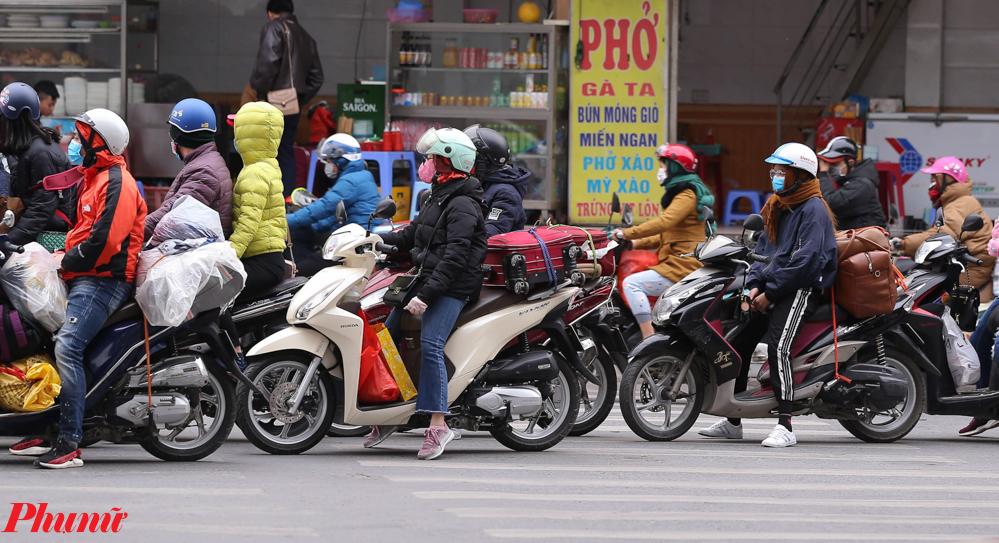 Hình ảnh dễ thấy tại nhiều tuyến đường ở cửa ngõ vào Thủ đô.