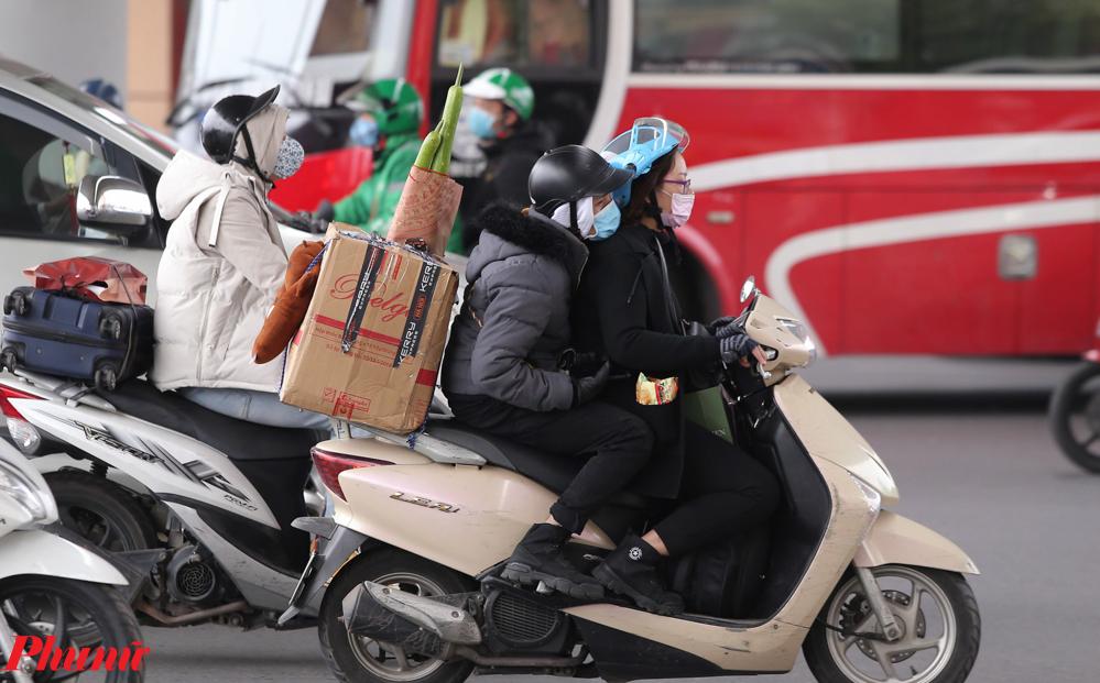 15 giờ chiều, tại cửa ngõ Thủ đô phía Nam hàng nghìn người đã di chuyển phương tiện là xe máy từ các tỉnh như: Thanh Hóa, Ninh Bình, Thái Bình, Nam Định, Hà Nam lên Hà Nội để ngày mai tiếp tục công việc của mình.
