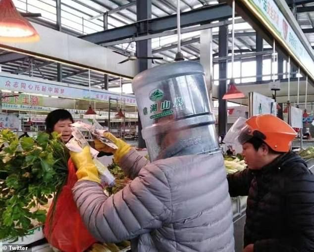 Một người dân lựa chọn sản phẩm tại siêu thị, ắt hẳn đây là một công việc khó với tầm nhìn bị hạn chế.