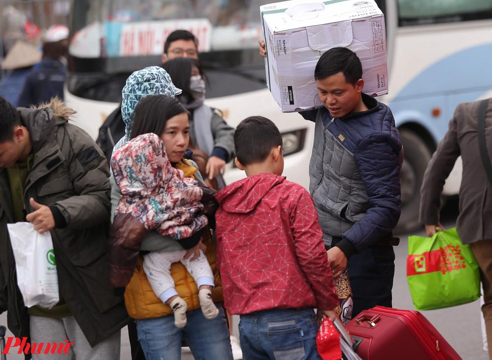 Tại bến xe Giáp Bát, nhiều gia đình đã đưa con em trở lại Thủ đô sau đợt nghỉ Tết nguyên đán 2020.