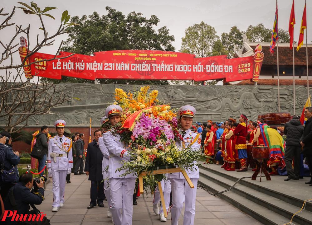 Đoàn đại biểu tiến hành lễ dâng hương