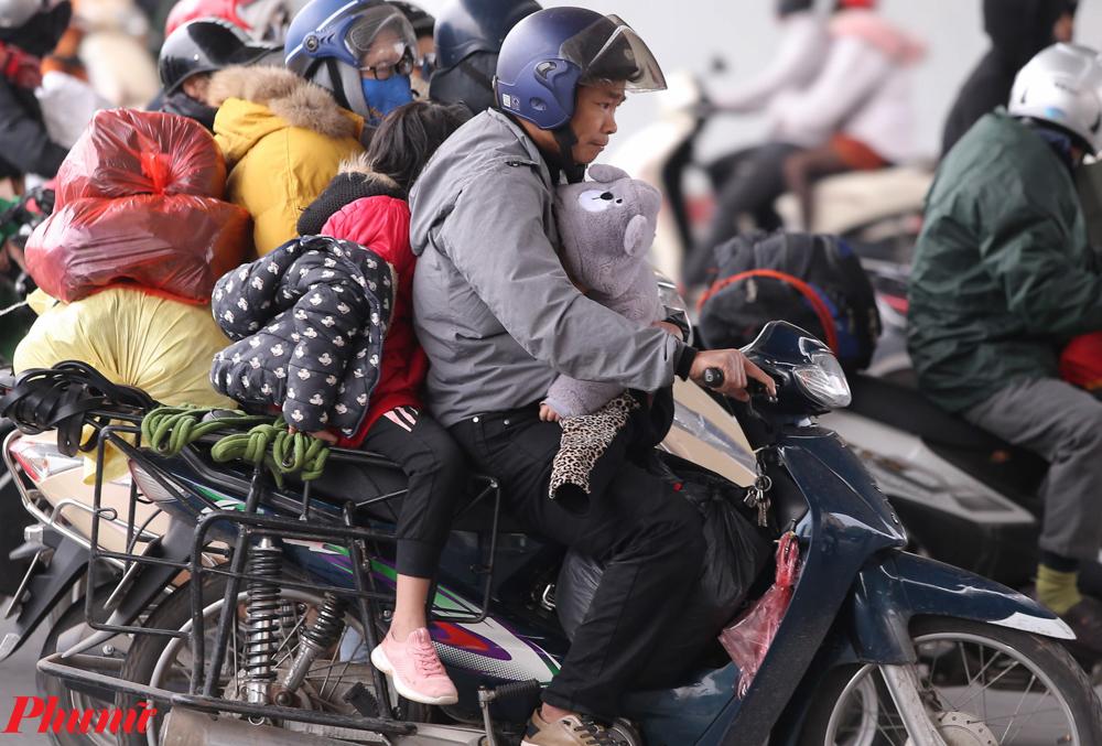 Một gia đình với đồ đạc lỉnh kỉnh mang lên Hà Nội.