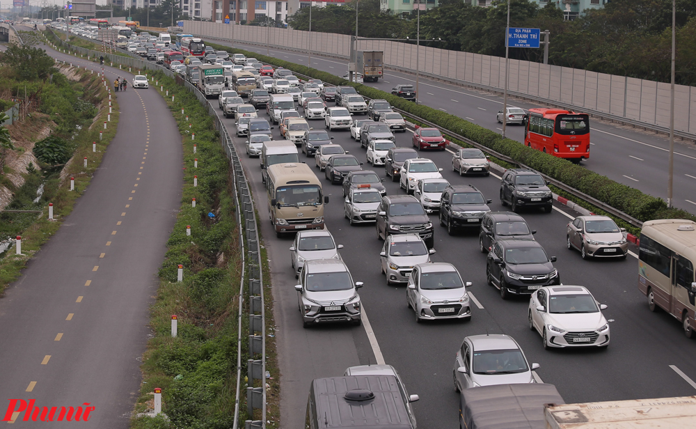 Tại cao tốc Pháp Vân - Cầu Giẽ, mặc dù nhiều gia đình đã rút kinh nghiệm từ năm trước, về Hà Nội từ trưa nhưng vẫn không thoát được cảnh ách tắc.