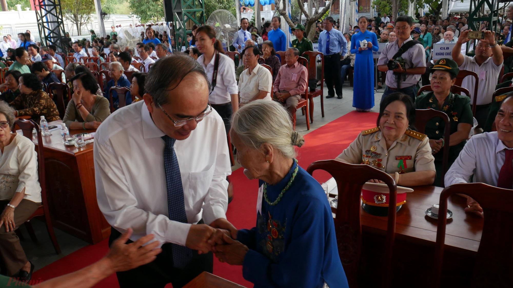 Bí thư Thành ủy TPHCM Nguyễn Thiện Nhân thăm hỏi các đại biểu tại họp mặt truyền thống cách mạng Sài Gòn - Chợ Lớn - Gia Định.