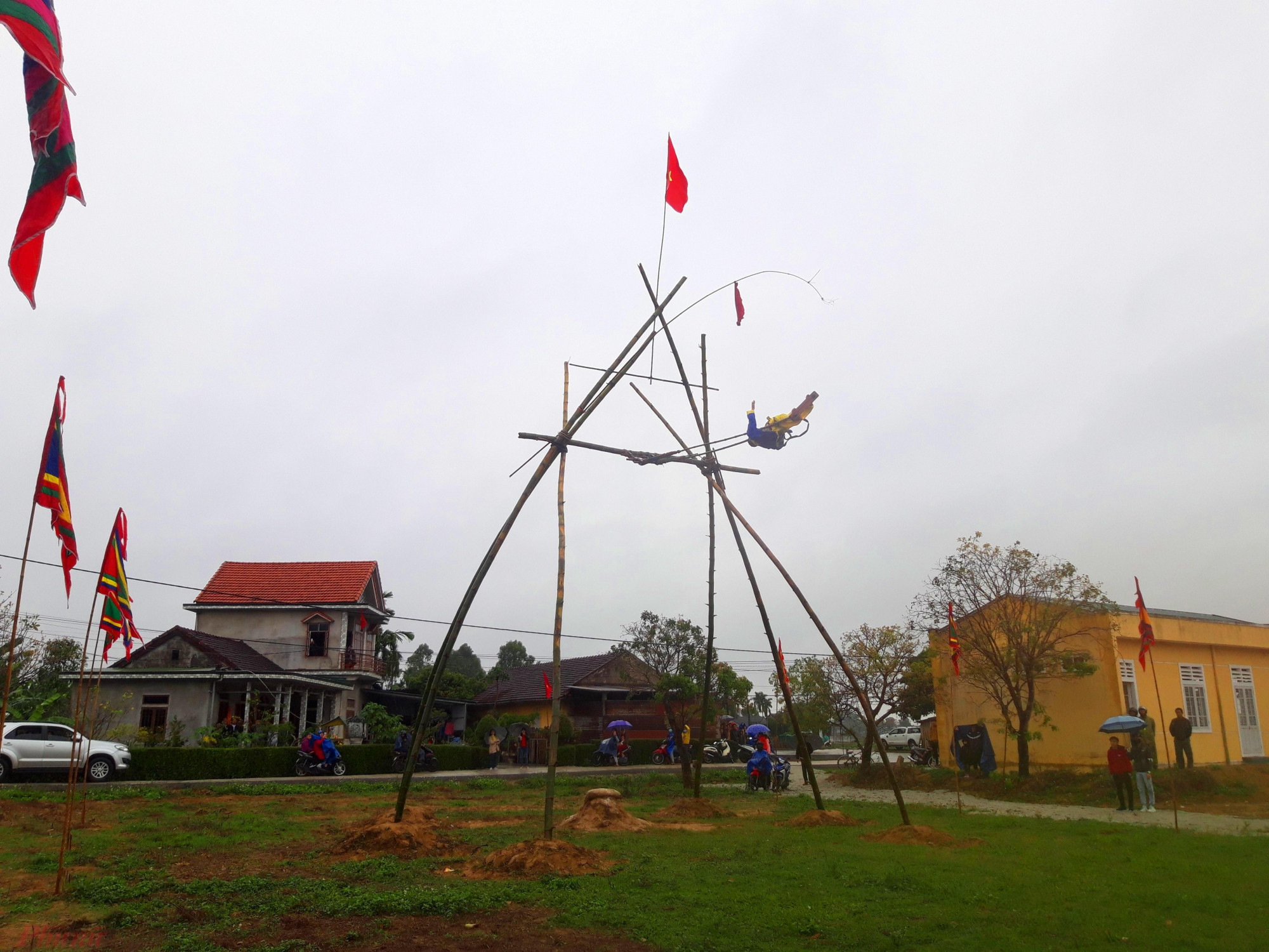 Cứ mỗi độ xuân về làng Gia Viên xã Phong Hiền (H.Phong Điền – Thừa Thiên Huế lại bước vào hội đu tiên. Năm nay  lễ hội bắt đầu khai mạc từ ngày 4 Tết xuân Canh Tý đến hết kỳ nghỉ Tết