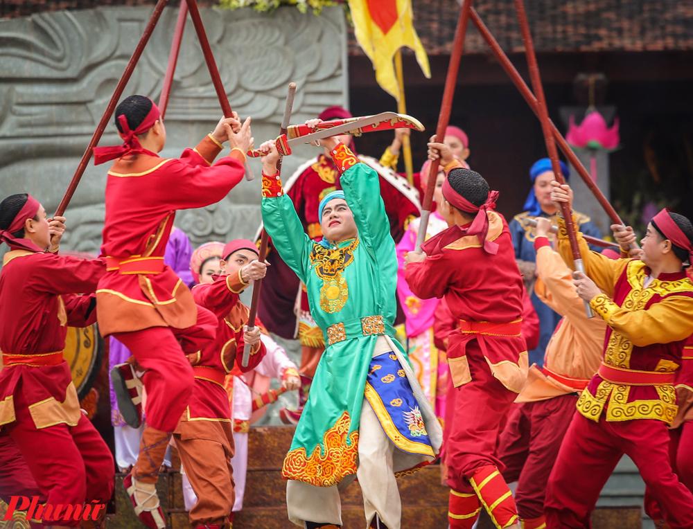 Hình tượng vua Quang Trung do diễn viên Nhà hát Tuồng Trung ương thể hiện trong màn trình diễn trước cửa Đền thờ vua Quang Trung.