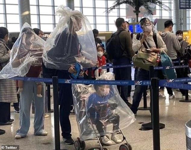 Gia đình chọn túi nylon để tự cách ly tại sân bay.