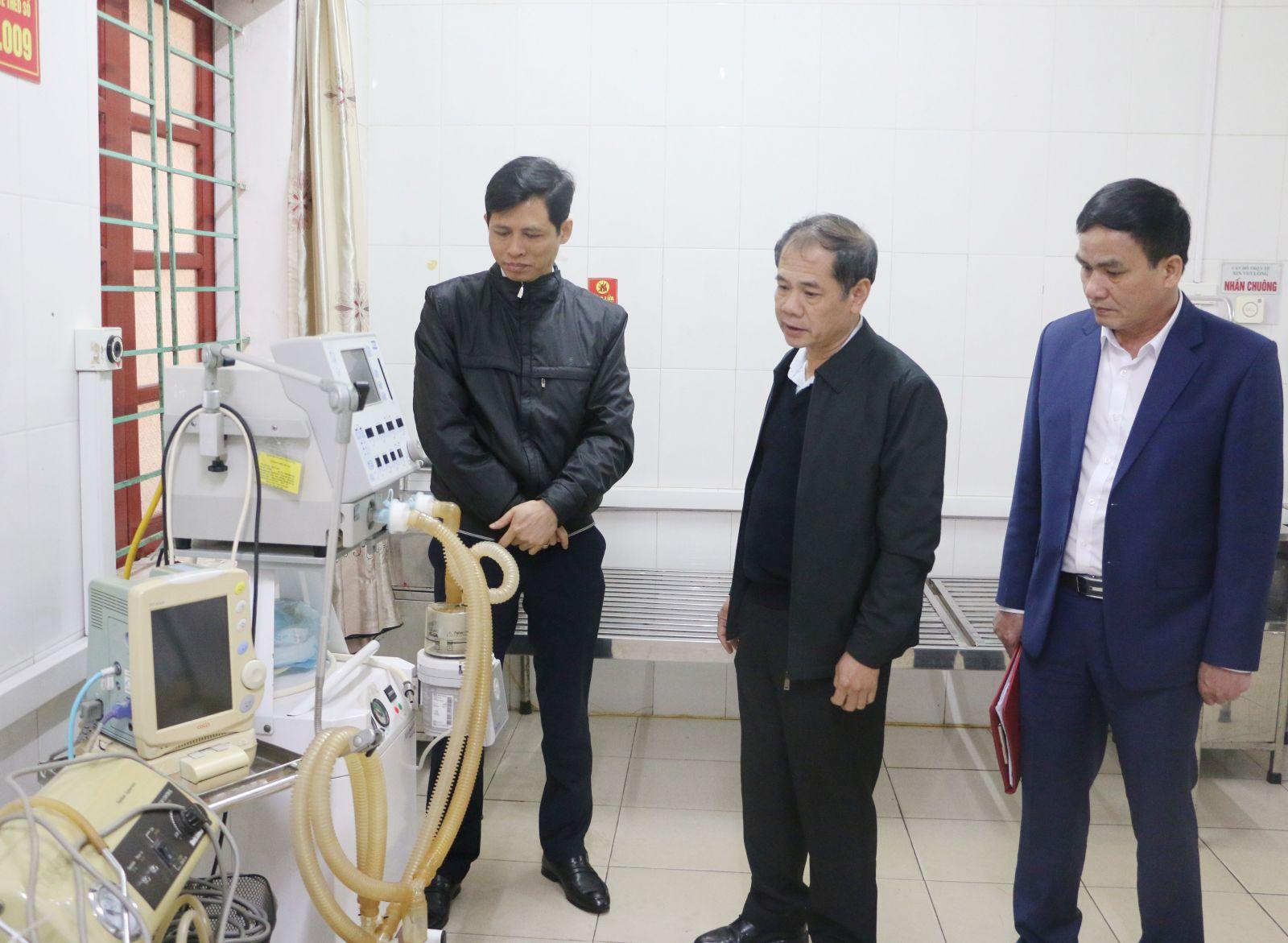 Lãnh đạo Sở Y tế Hà Tĩnh kiểm tra trang thiết bị được chuẩn bị sẵn sàng tại khu vực cách ly ở Bệnh viện đa khoa Hà Tĩnh