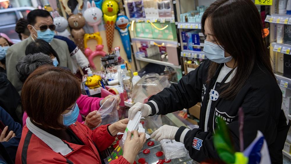 Người dân Hồng Kông được phát khẩu trang miễn phí để bảo vệ sức khỏe.