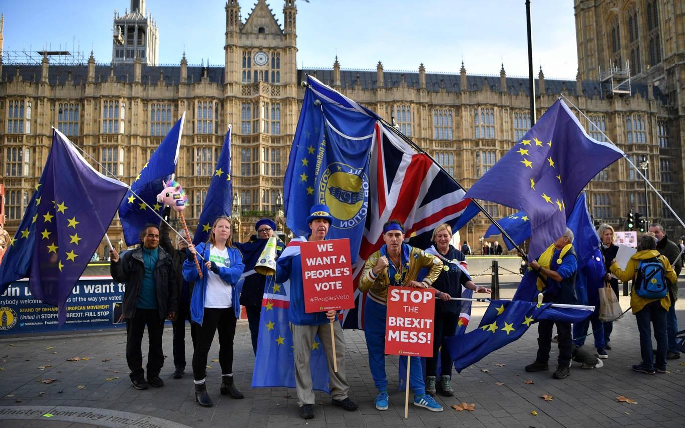 Các nhóm chống Brexit đã phản đối dự thảo thỏa thuận Brexit của Thủ tướng Theresa May bên ngoài Tòa nhà Quốc hội vào tháng 11/2018