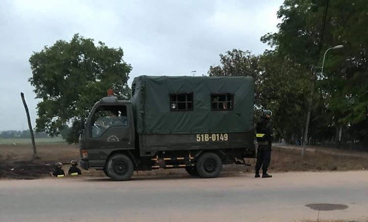 Lực lượng chức năng đang phong tỏa hiện trường vây bắt nghi can Tuấn.