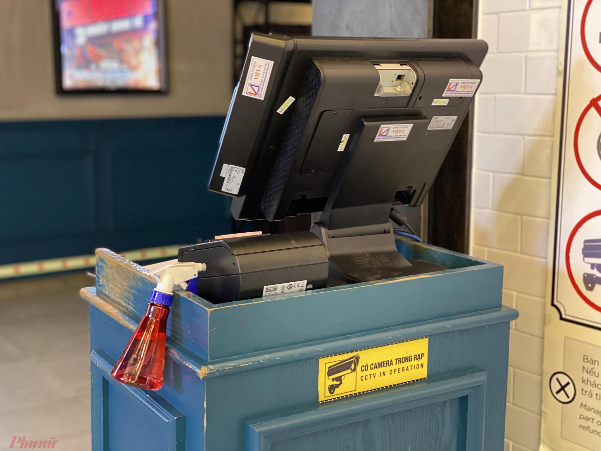 Chai nước rửa tay nằm chỏng chơ tại quầy bán vé.
