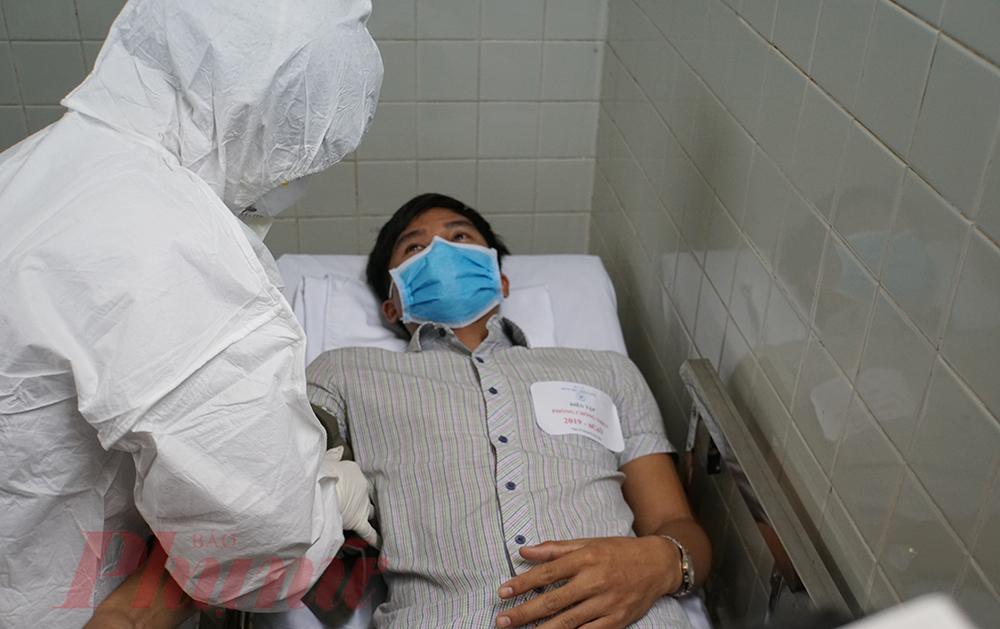 Sau khi nhận bệnh, bác sĩ trực sẽ hỏi thăm, khai thác bệnh sử và những nơi bệnh nhân đến để tư vấn việc xét nghiệm, điều trị.