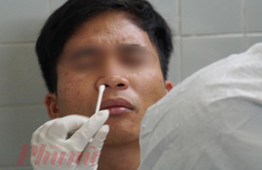 Ngoài mẫu máu, chuẩn đoán hình ảnh, quan trọng nhất là phết dịch ở miệng, mũi,... của bệnh nhân.