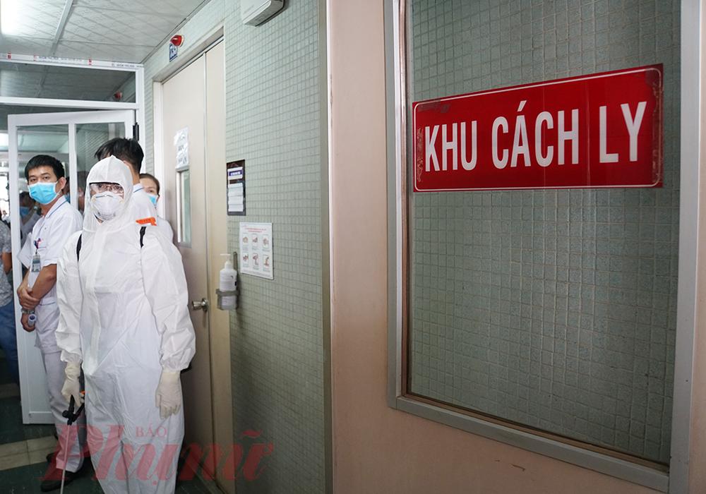 Tại đây, bệnh nhân được đưa thẳng vào bên trong, các bác sĩ đã có mặt sẵn sàng.