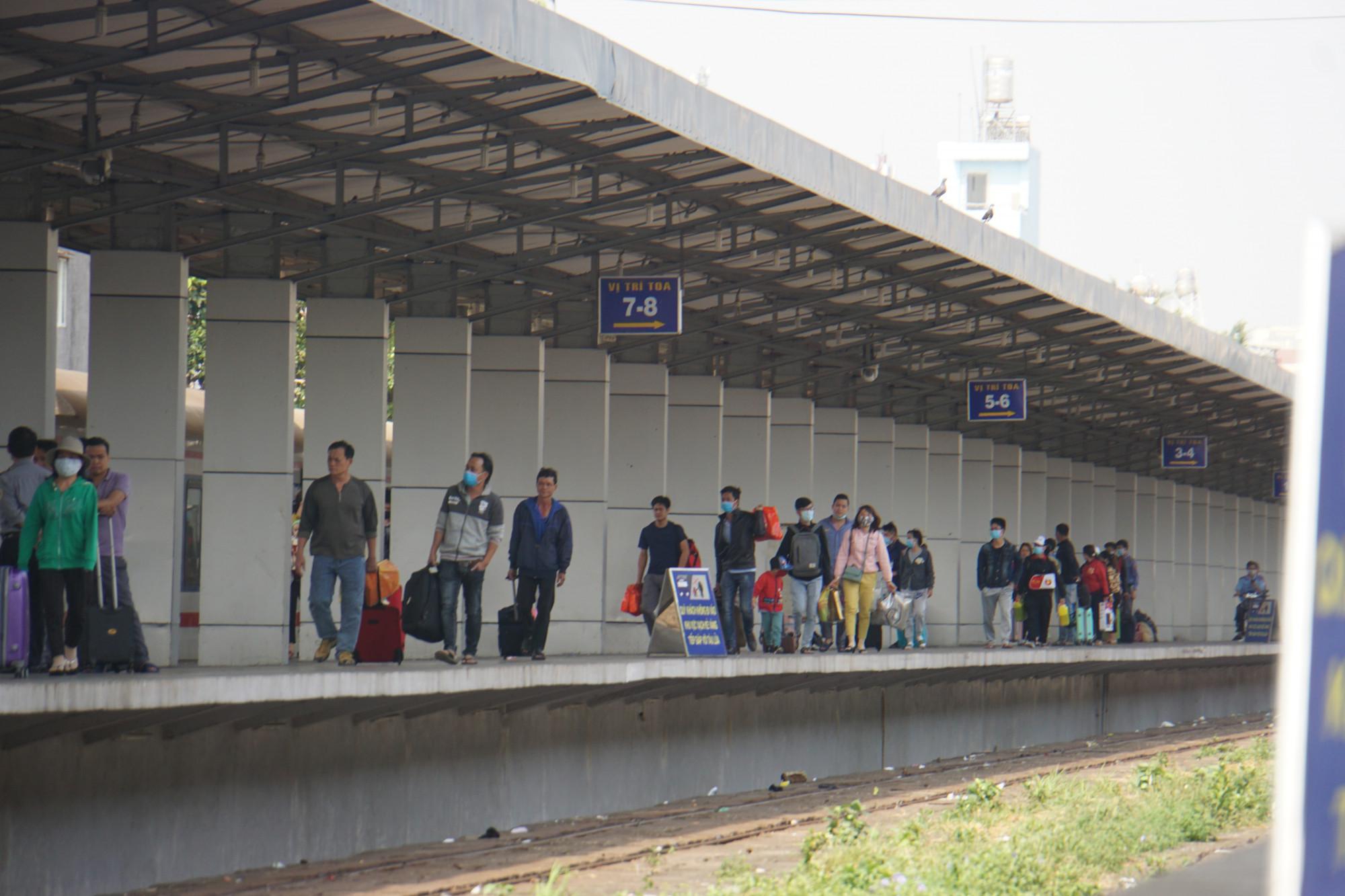 Hành khách trên các chuyến tàu đến ga Sài Gòn được
