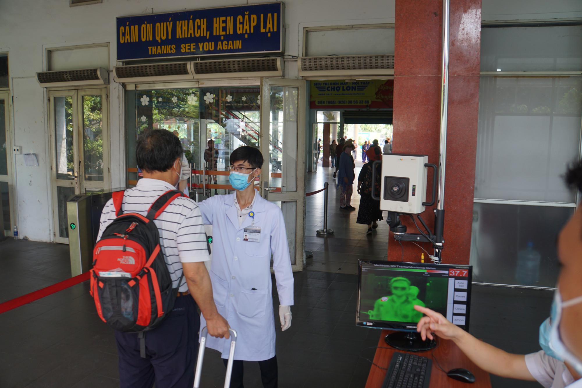 Máy tầm nhiệt sẽ quét để xác định những hành khách có nhiệt độ cao thì lập tức đội ngũ y tế sẽ
