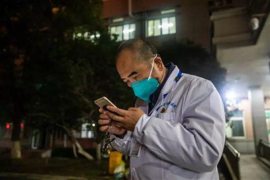 """Zhang Dingyu, 57 tuổi, Phó Bí thư Đảng Ủy kiếm Chủ tịch Bệnh viện Jinyintan (bệnh viên tuyến đầu tại Vũ Hán) kiệt sức, tranh thủ giải quyết 6 cuộc gọi điện thoại cấp cứu. Bản thân ông đang mắc bệnh nan y trong khi vợ đang điều trị cách ly tại một bệnh viên khác do nhiễm virus corona. """"Chân tôi bắt đầu co lại, cơ thể tôi bắt đầu chậm chạp hơn nhưng tôi phải chạy nhanh hơn để đán bại thời gian, cứu sống bệnh nhân trước khi bản thân mất đi ý thức"""", Zhang Dingyu chia sẻ."""