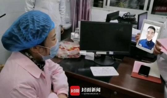 Nữ y tá Vương Nguyệt Linh tổ chức đám cưới qua điện thoại với chồng Tần Đốc Sơn. Trực chiếc tại bệnh viện tuyến đầu Vũ Hán, Nguyệt Linh liên tục phải trực ca đêm nên thay vì khoác lên mình bộ váy cưới xinh đẹp, cô kkiến người nhìn ứa nước mắt khi mặc độ đồng phục y tá trong khoảng khắc trọng đại.