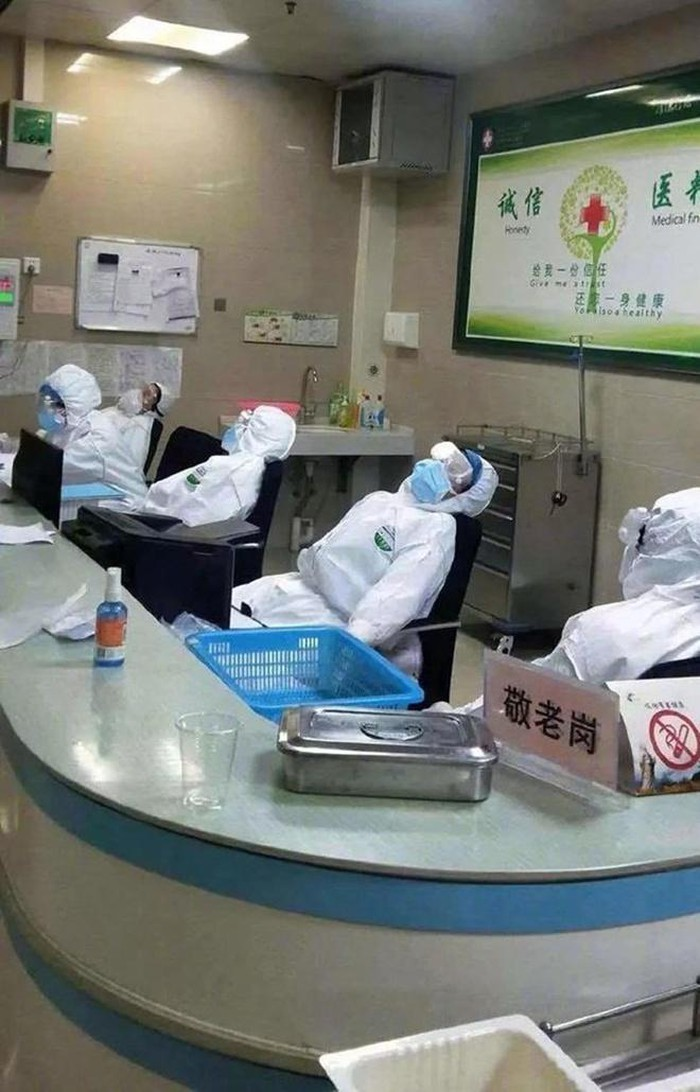 Đội ngũ y, bác sĩ nằm vật vã, kiệt sức khi phải làm việc quá sức hơn 20 tiếng mỗi ngày để điều trị cho số lượng bệnh nhân khổng lồ. Nhiều người phải nhịn ăn, mặc tã vì không có thời gian để đi vệ sinh. Họ mặc luôn bộ đồ bảo hộ kín và dày, không màn tháo khẩu trang khi chợp mắt vì quá mệt. Jiang Sida, nam bác sĩ đang công tác tại Bệnh viện Vũ Hán cho biết: Trong 4 ngày tôi làm việc hơn 70 giờ đồng hồ, thấy rõ dấu hiệu cơ thể quá tải nhưng còn đủ thời gian để nghỉ ngơi. Ngoài ra, khả năng miễn dịch thấp có thể khiến tôi dễ dàng bị lây nhiễm virus corona. Jiang Sida còn tâm sự thêm có một số đồng nghiệp đã bị cách ly vì nhiễm bệnh nhưng không dám báo cho người nhà sợ họ lo lắng.
