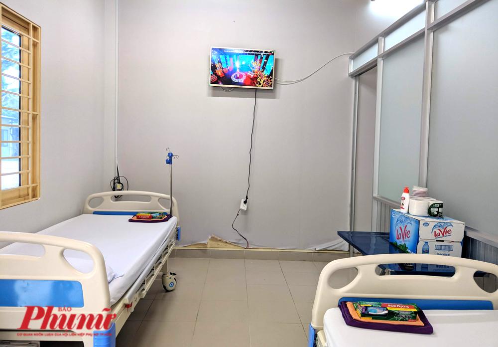 Trong một phòng cách ly có 2 giường bệnh mới toanh, có tivi kết nối wifi, có nhà vệ sinh.