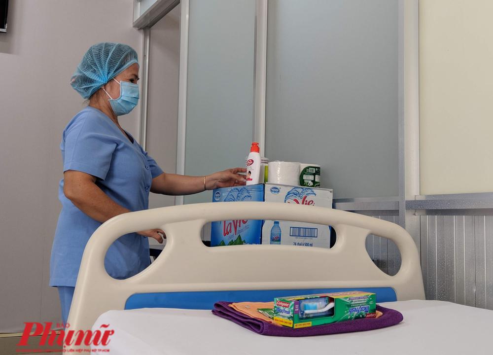 Trên mỗi giường có các vật dụng cần thiết cho sinh hoạt từ gối, mền, khăn, kem đánh răng, nước uống, nước rửa tay sát khuẩn