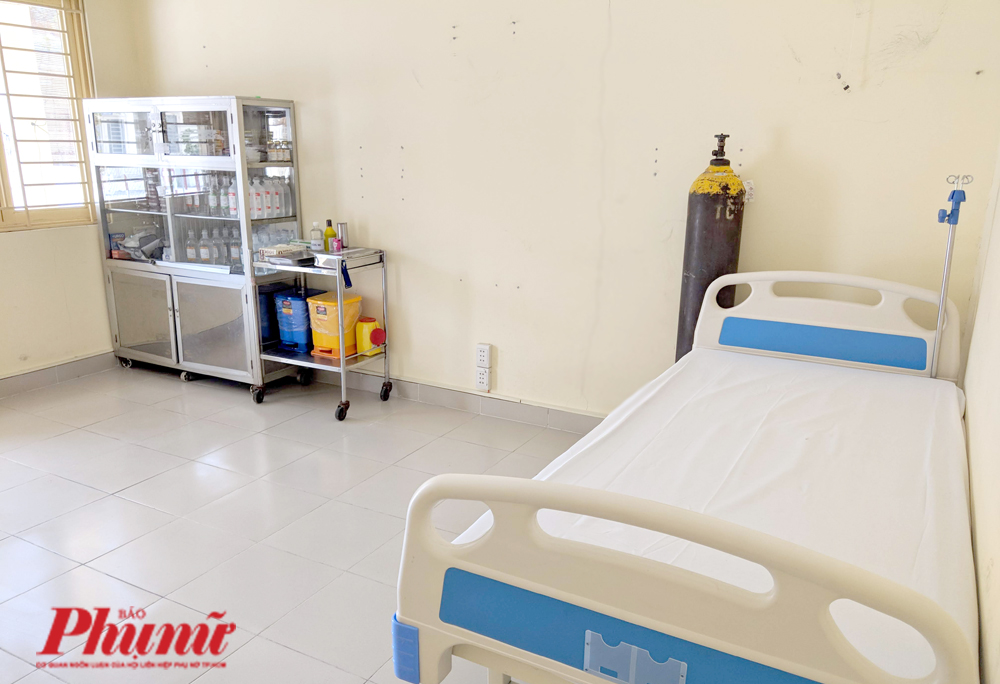 Phòng cấp cứu rộng rãi với đầy đủ các loại  thuốc cấp cứu như tại một trạm y tế
