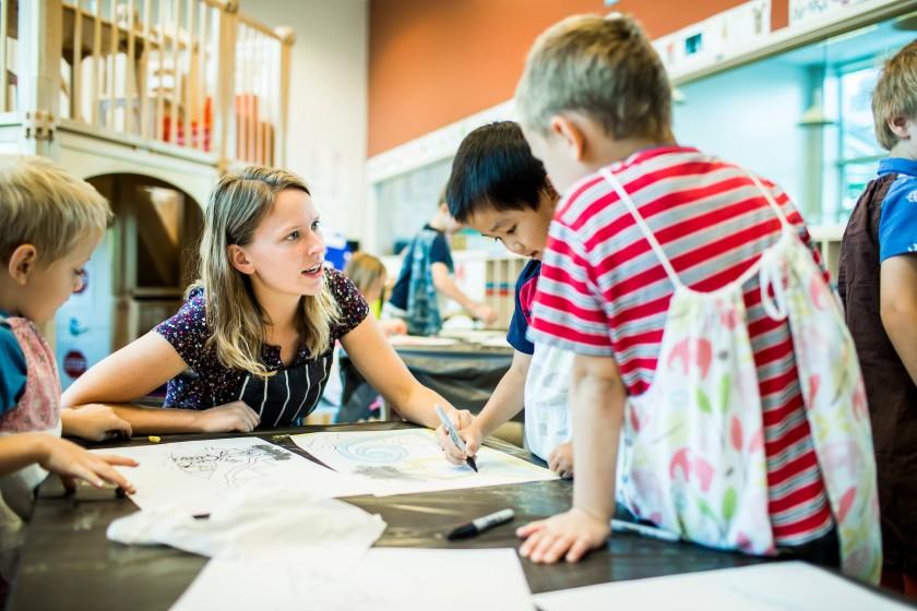 Các giáo viên nên sử dụng lời khen thay vì hình phạt, chê trách theo tỷ lệ 2/1 hoặc thậm chí nhiều hơn.