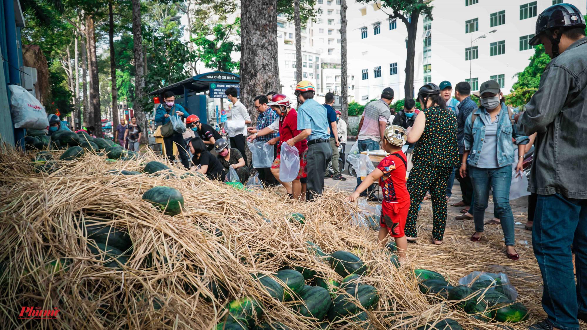 13 tấn dưa được vận chuyển đến Sài Gòn lúc rạng sáng nay (11/2)