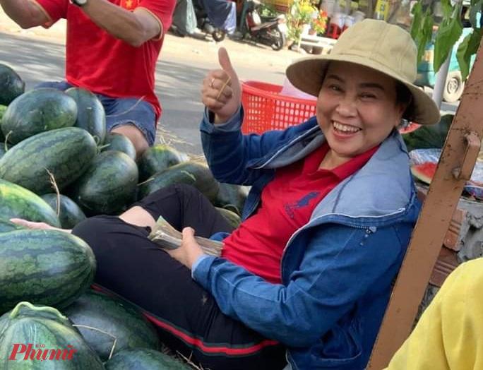 Chị Hậu vui vẻ tham gia giải cứu dưa hấu giúp người nông dân Gia Lai.