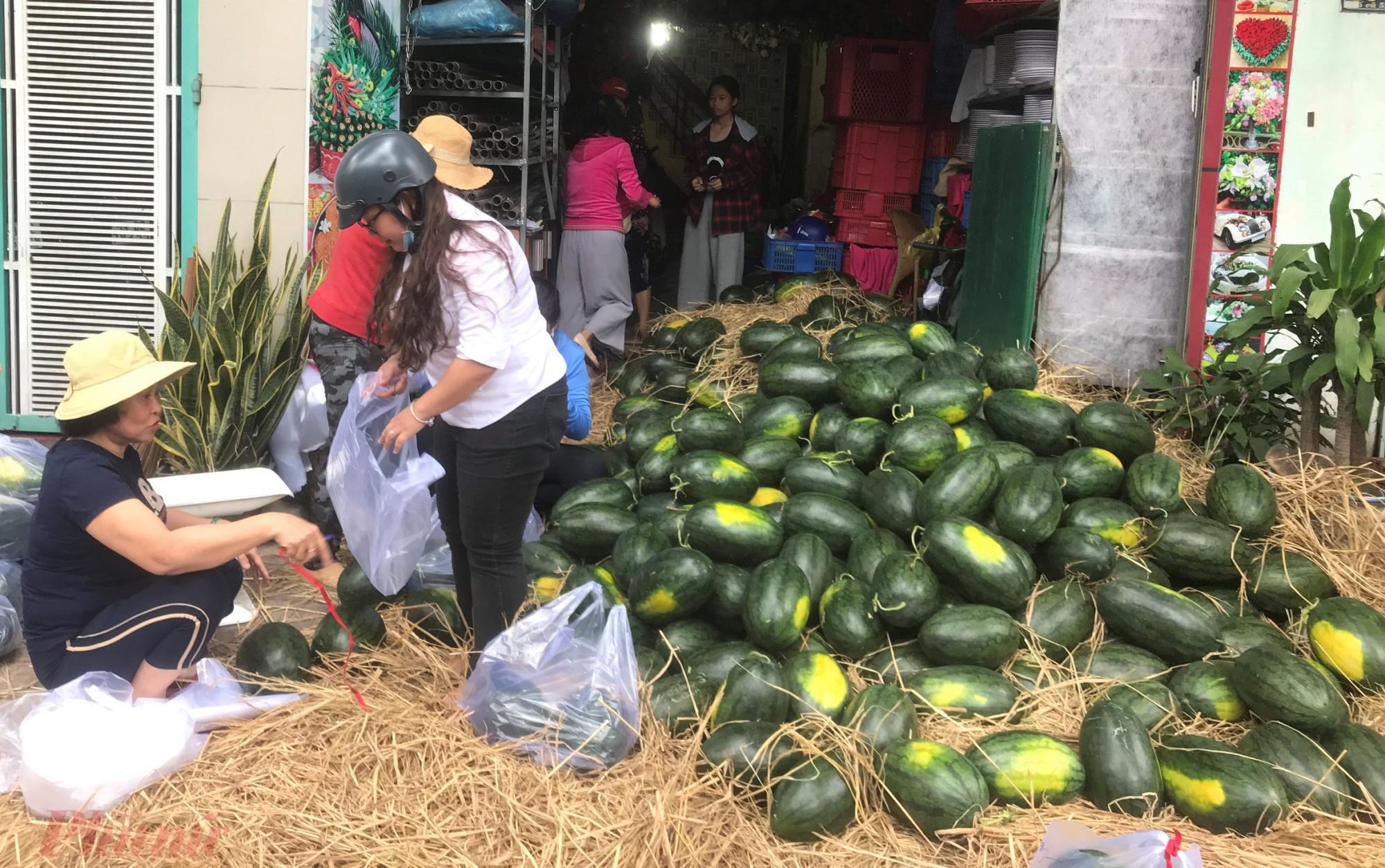 Chị Hậu vận động hội viên tham gia giải cứu dưa và vận động người dân đến mua ủng hộ cho bà con nông dân Gia Lai.