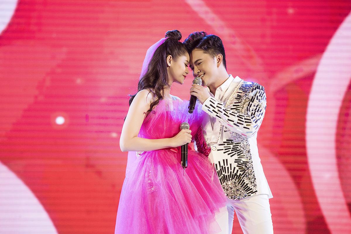 Nam Cường hoà giọng với Trương Quỳnh Anh trong ca khúc Lấy anh đi trên sân khấu.