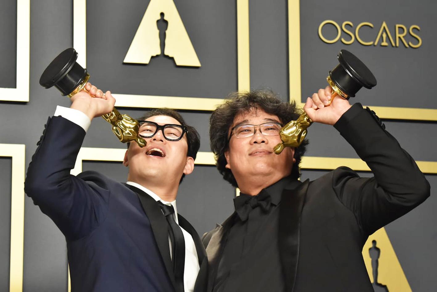 Han Jin Won (trái) và đạo diễn Bong Joon Ho tại lễ trao giải Oscar 2020